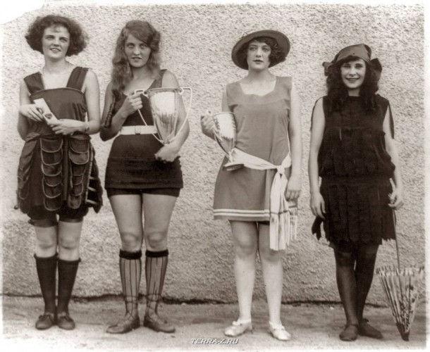 Обладательницы первых четырех премий конкурса Beauty Show, который проводился на пляже в Вашингтоне (1922). Слева направо: Гей Гатли, Ева Фриделл, Анна Нейбель, Айола Суиннертон