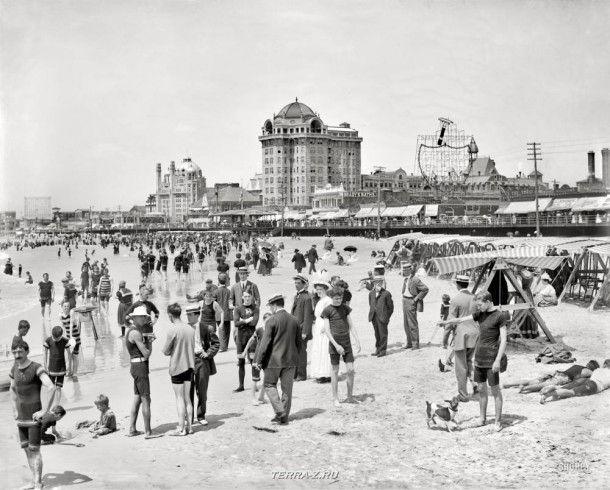 """Атлантик-Сити, Нью-Джерси, около 1908 года. """" Отель Треймор, купающиеся на берегу"""""""