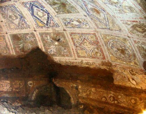"""Фотография обнаруженной пещеры, так называемой """"пещеры Ромула и Рема"""""""