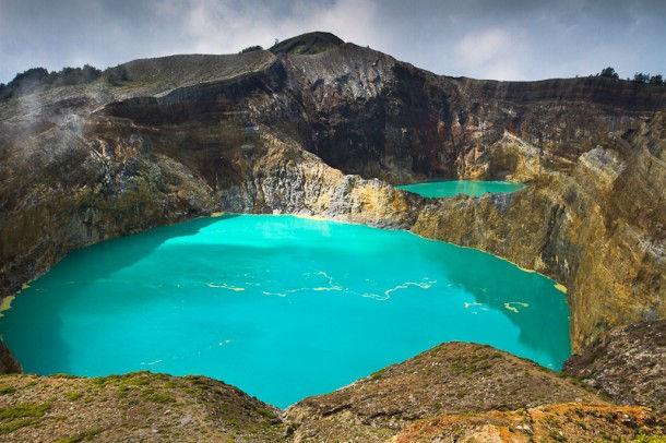 Разноцветные озера Келимуту (остров Флорес, Индонезия)