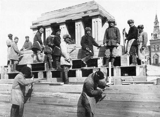 Строительство второго деревянного мавзолея