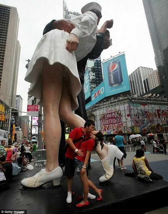 Исторический поцелуй в Тайм-Сквер, 65 лет спустя