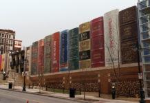 """Гигантские """"книги"""" фасада библиотеки в Канзас-Сити"""