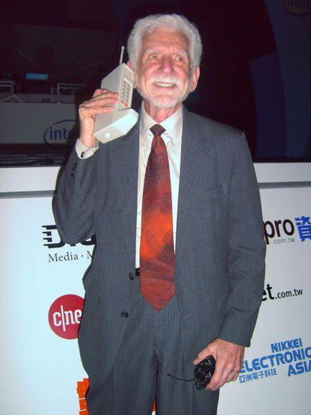 Мартин Купер демонстрирует Motorola DynaTAC 8000X в 2007 году