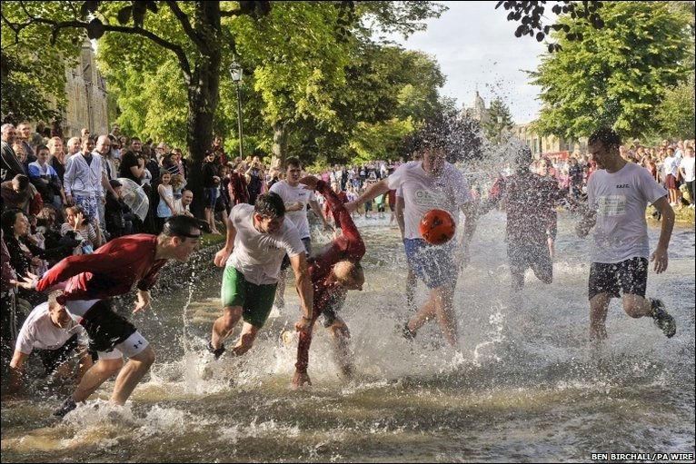 Футбол на реке Уиндраш (Бертон, Англия)