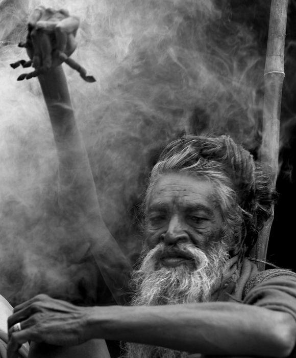 Амар Бхарти (Amar Bharti), 38 лет с поднятой рукой (Индия)