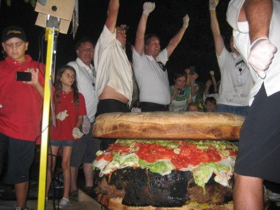 Крупнейший в мире гамбургер (США)