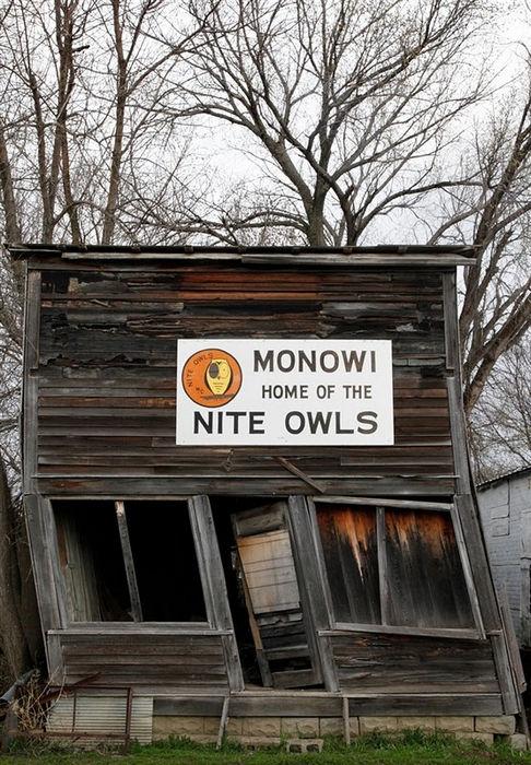 Разрушающийся дом в Монови