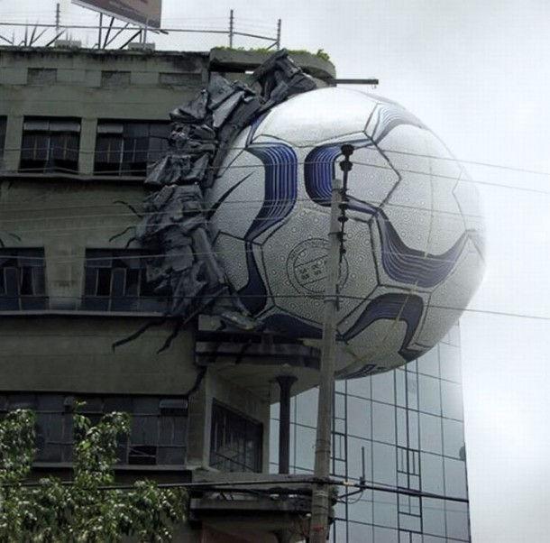 Креативная реклама на зданиях