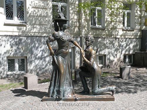 Памятник Проне Прокоповне и Голохвастову (Киев, Украина)