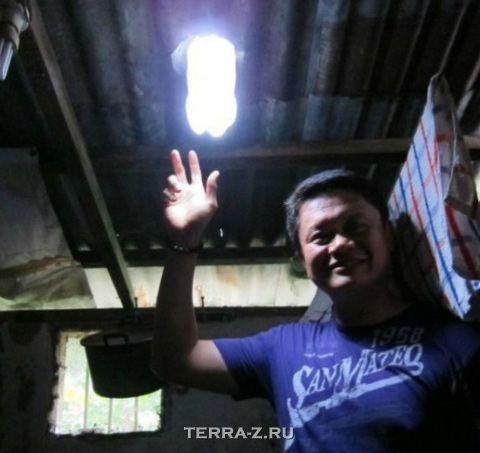 """""""Бутылочный"""" светильник на крыше (Филиппины)"""