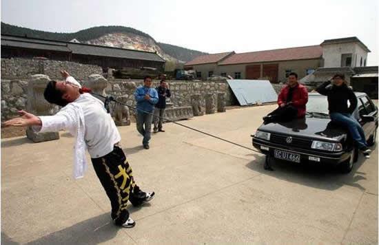 Ли Дашенг, тянущий автомобиль одними веками (Китай)