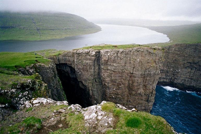 """Висячее"" озеро Сорвагсватн (Фарерские острова)"