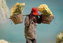 Добыча серы в вулкане Кава Иджен (Индонезия)