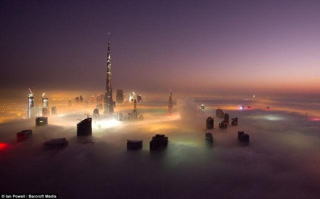 Выше облаков: дубайские небоскребы в тумане (ОАЭ)