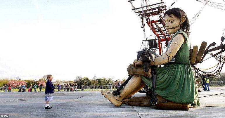 Sea Odyssey - гигантские марионетки выступают в память о Титанике (Англия)