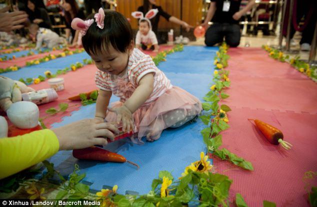 Пасхальные соревнования для малышей (Easter crawling competition)