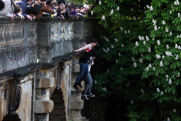 Оксфордская традиция: первомайские прыжки с моста Магдалены (Англия)