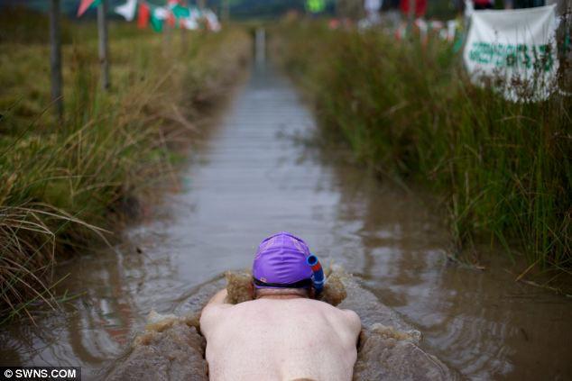 Всемирный чемпионат заплывов с трубкой и маской в болоте (Англия)