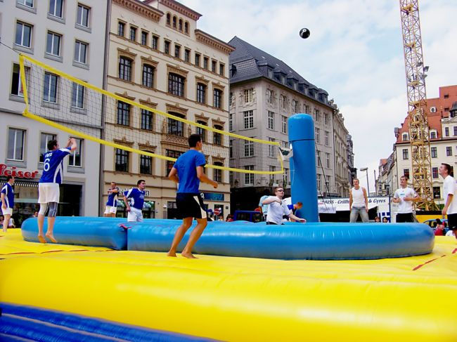 Боссабол: волейбольный футбол на батуте