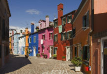 Разноцветные дома острова Бурано (Италия)