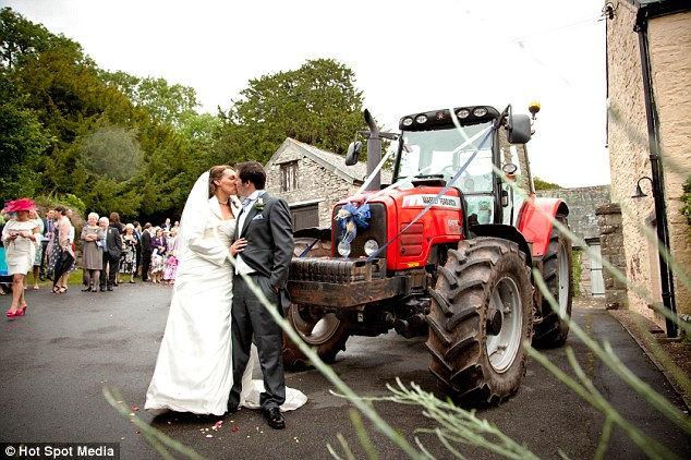 Свадьба, один трактор и стадо коров… (Англия)