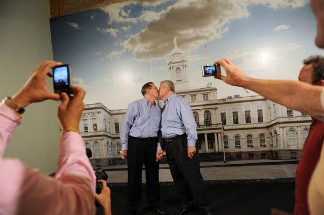 Первые однополые браки в США