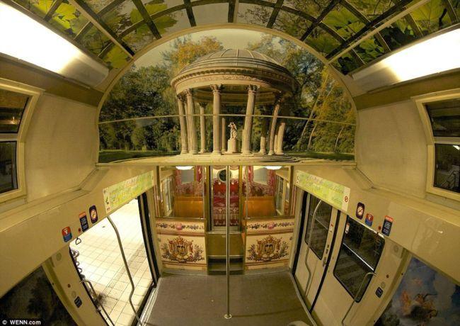 Парижский пригородный поезд, напоминающий Версаль (Франция)