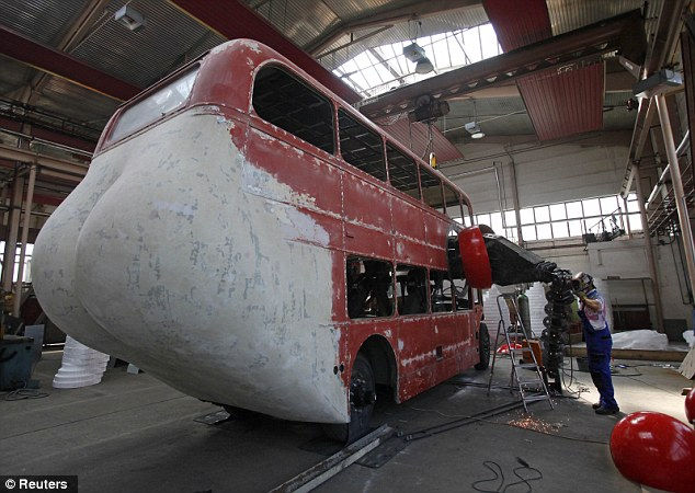 Скульптура «Отжимающийся автобус» от Давида Черны (David Cerny)