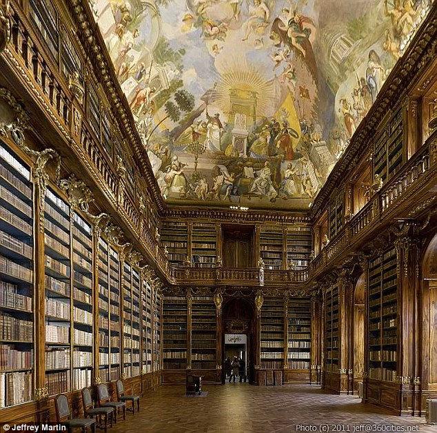 Страговская философская библиотека: крупнейшее 3600-изображение интерьера (Чехия)
