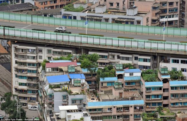 Жизнь под автомобильным мостом Шукаси (Гуйянг, Китай)