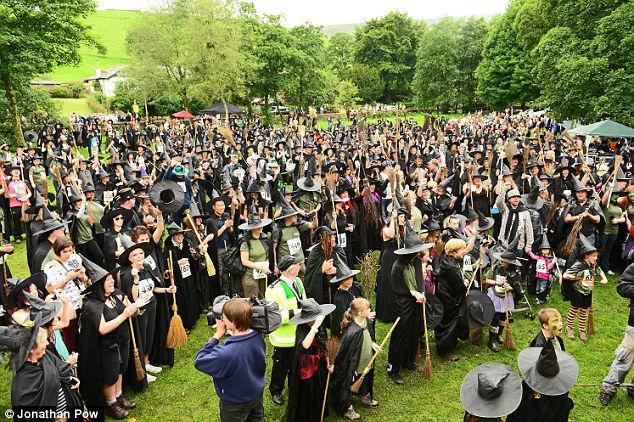 Pendle Witch Walk - 482 человека рекорд ведьм в Ланкашире (Англия)