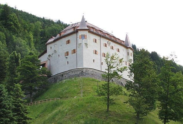 Замок, в котором было найдено женское белье, которому 500 лет (Австрия)