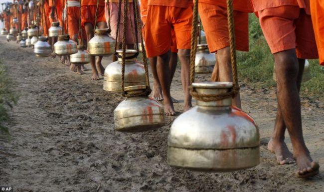 Паломничество Канвар ятра к реке Ганг 2012 (Индия)