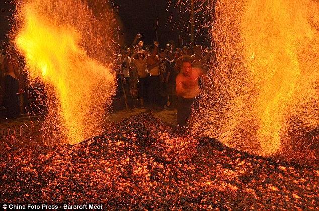 Ритуал хождения по углям (Китай)
