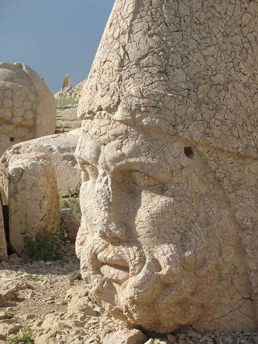Руины святилища Коммагена на горе Немрут (Турция)