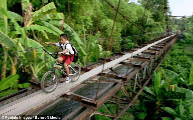 В школу на Яве: над пропастью по лезвию ножа (Индонезия)