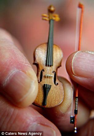 Самая маленькая скрипка в мире (Англия)
