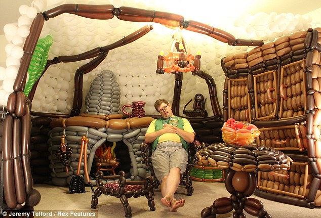 Дом хоббита из 2600 разноцветных шаров (США)