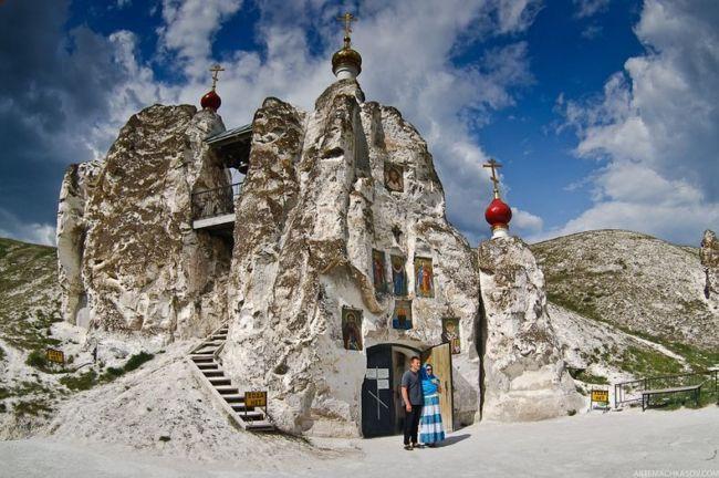 Костомаровский скальный Свято-Спасский женский монастырь (Россия)