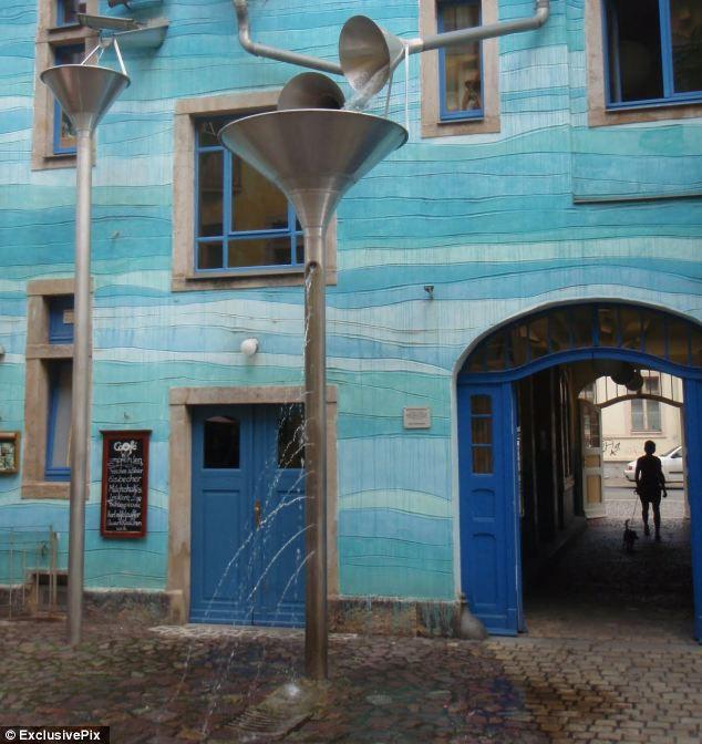 Стена с поющими трубами в Дрездене (Германия)