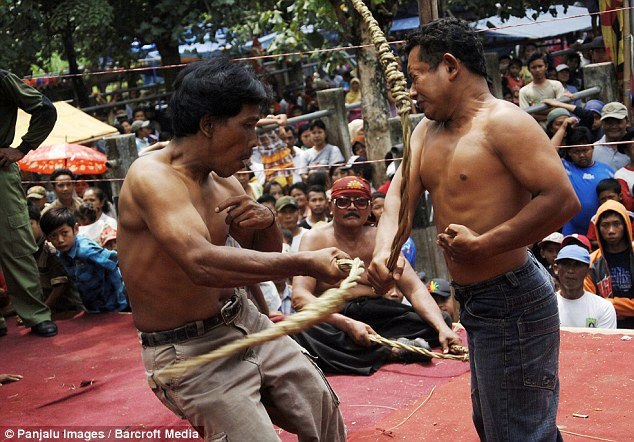 Ритуал тибан: кнут, призывающий дождь (Индонезия)