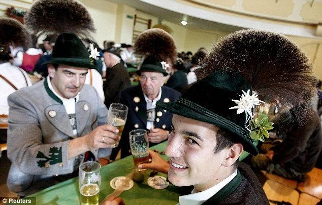 26 Олимпиада Gamsbart: состязание волосатых шляп (Германия)