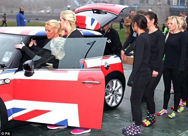 28 девушек в одном автомобиле Мини (Англия)