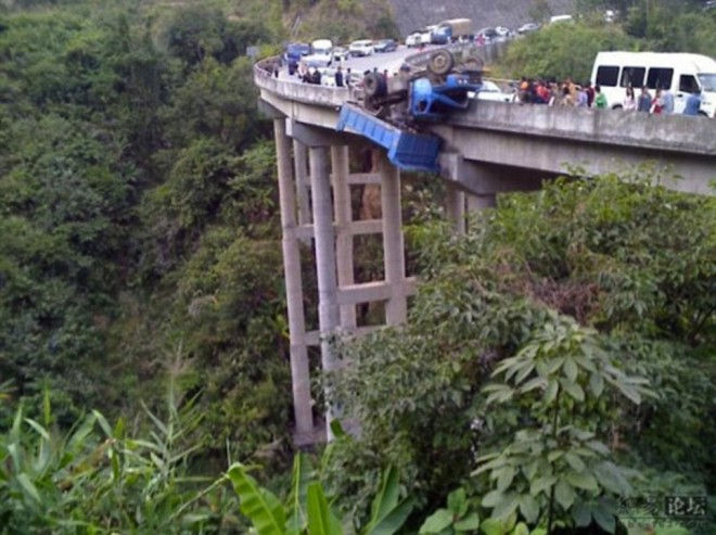 lorry over gorge2