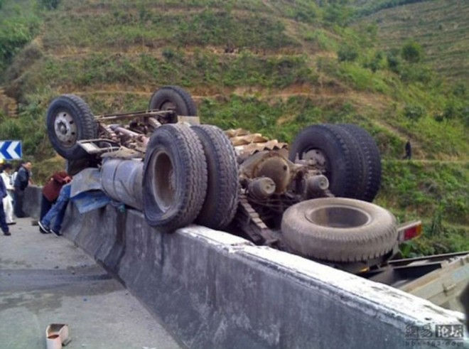 lorry over gorge5