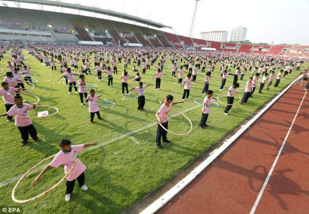 Рекорд одновременного кручения обручей (Таиланд)