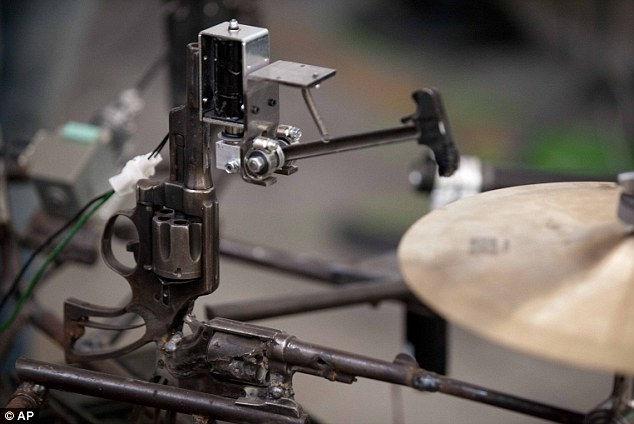 Музыкальные инструменты из оружия от Педро Рейеса