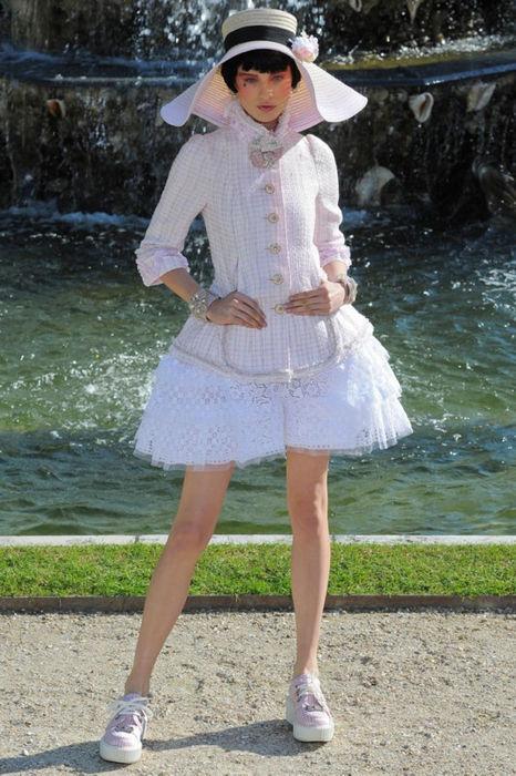 Летняя коллекция одежды Шанель: путешествие во времена Людовика XVI