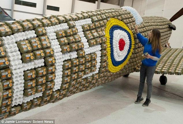 «Яйца для солдат»: самолет из яичных лотков (Англия)
